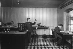 Gustaf Piehls Nyas Bryggeri, interiör från laboratoriet